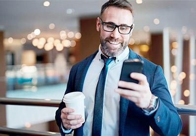 Mężczyzna używający telefon