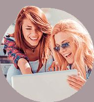 Dwie kobiety z laptopem